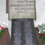 Pomnik wBrzezinkach nadjeziorem Bachotek