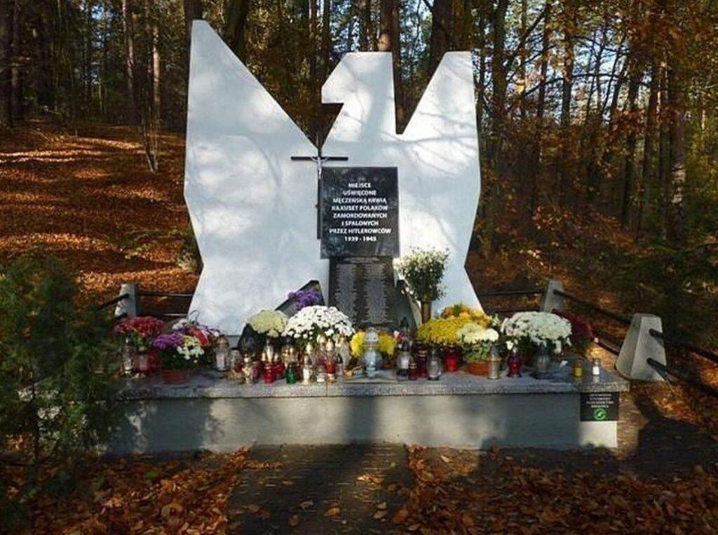 Pomnik w Brzezinkach nad jeziorem Bachotek